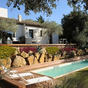 Une piscine de charme pour le sport et le bien-être située en Provence, elle s'adosse à un bel enrochement naturel.