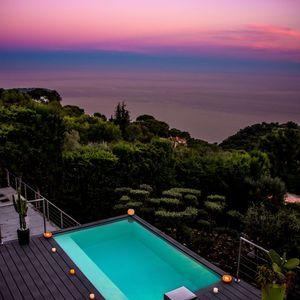 Petite piscine posée dans le vide avec vue sur Monaco
