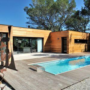 Couloir de nage dans le Gard avec une maison architecture bois.
