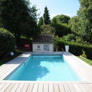 Une piscine Piscinelle Cr6 design et conviviale. Installée sur un terrain en terrasses elle surplombe la campagne environnante.