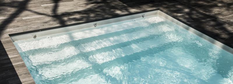 Rénovation de piscine : changer de liner et ajouter un escalier trois marches