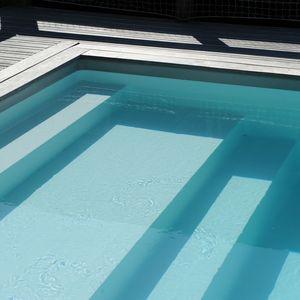 Une piscine Piscinelle équipée d'un escabanc droit sur-mesure