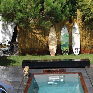 Vélo, planches de surf... des équipements sportifs autour de la piscine !